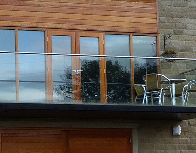 Reparación de filtración en puertas y ventanas